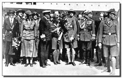 """Powitanie na nabrzeżu. Rose Kerr, The Cruise of the """"Calgaric"""" August 12th-29th, 1933, London: The Girl Guides Association."""