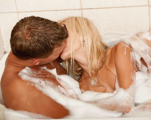 парень и девушка занимаются сексом в ванной фото