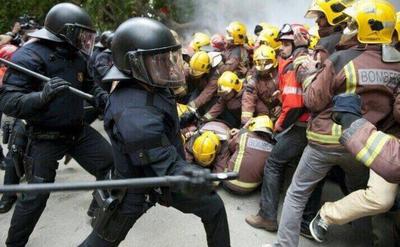 Bomberos defendiendo a Catalanes de la represión policial.