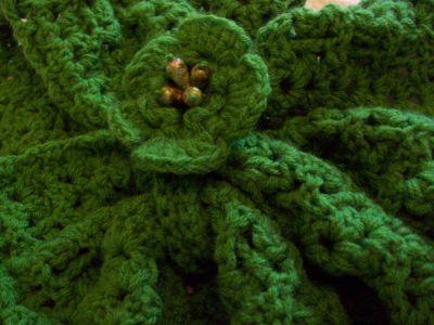 Tejida al crochet, en lana cashmilon o shetland , con original cierre,broche en forma de flor, que permite ajustar, de manera novedosa y elegante,