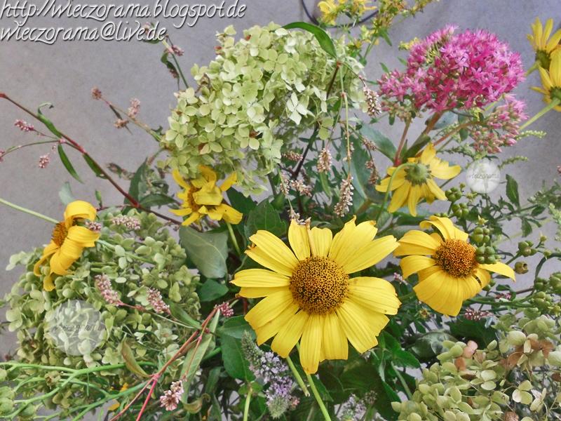 Das Foto zeigt eine Nahaufname aus einer steilen Vogelperspektive von einem Blumenstrauss mit Sommerblumen die im Garten wuchsen
