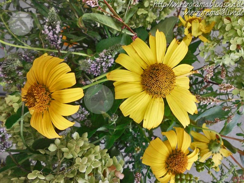 Das Foto zeigt einen Gartenblumenstrauss aus einer steilen Vogelperspektive