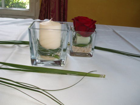 Im blumenhaus tischdeko rote rose und crem kerze im glas