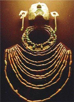 Collares con los que fue enterrado Pacal Ceramica Los Mayas también se expresaban artísticamente en cerámica de gran variedad de formas y decoraciones,