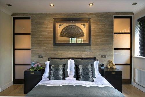 Wandverkleidung aus Holz Teppich aus Fell Doppelbett Gemälde Wanddeko
