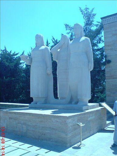 aslanli yol kadin heykel grubu