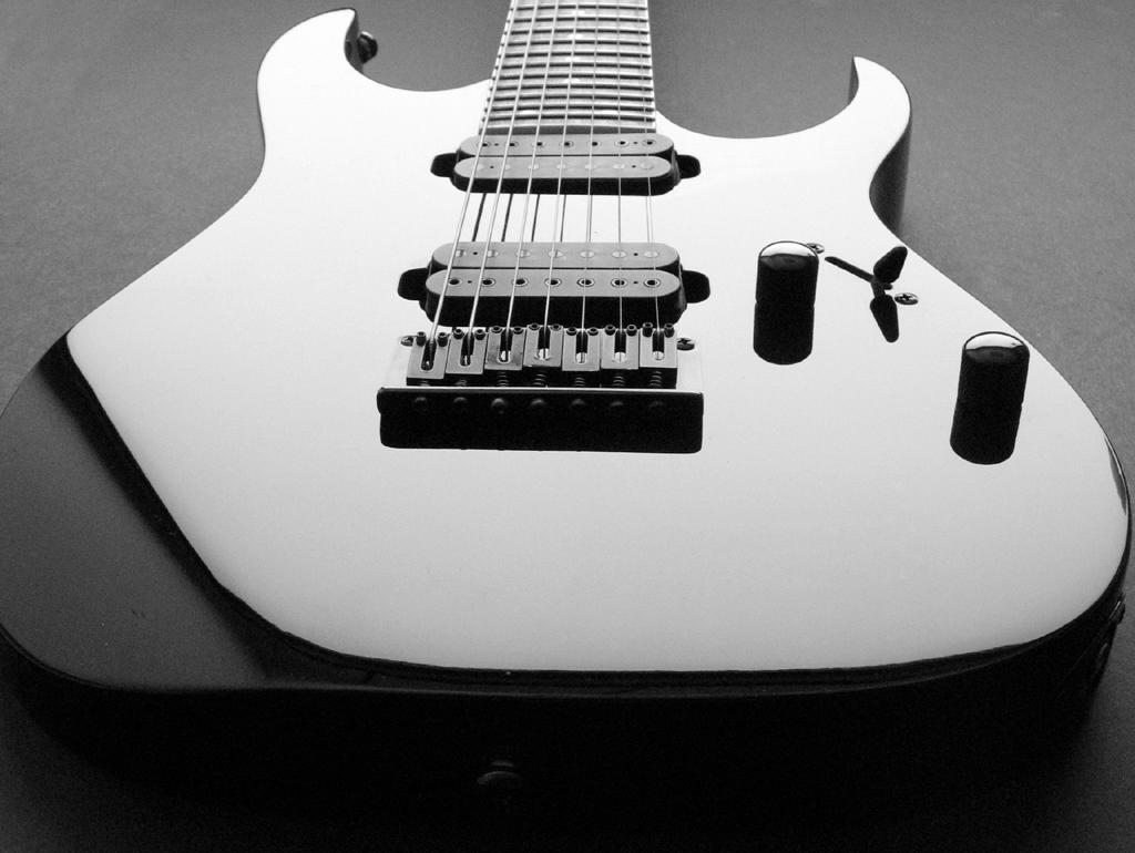 http://img.webme.com/pic/g/guitarepart/guitar_1_by_mooseface13.jpg