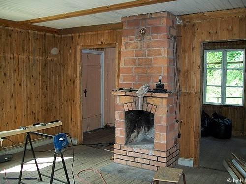 die alte k che ist raus das wohnzimmer mit kamin. Black Bedroom Furniture Sets. Home Design Ideas