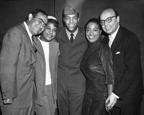 De gauche à droite : Jerry Wexler, Ruth Brown, Clyde McPhatter, Laverne Baker et Ahmet Ertegun en 1957