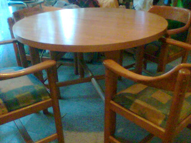 Comedor de rauli redondo con 6 sillas con brazos por viaje for Comedor redondo extensible