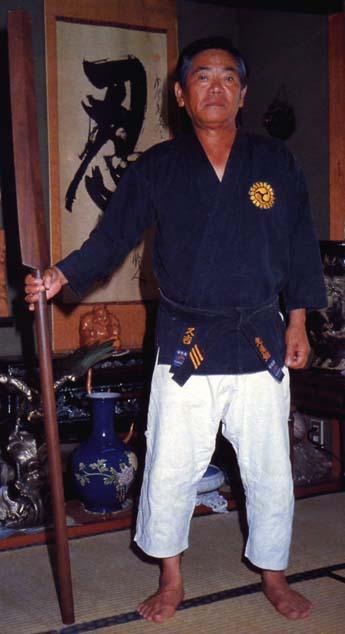 El maestro de kobudo Shinpo Matayoshi