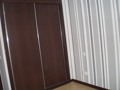 Papel pintado para decorar las paredes del dormitorio - Pasillos pintados a rayas ...