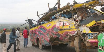 Abbildung 2: Ein Bus kam auf einer unausgebauter Straße  bei Narok ab. Mit vereinten Kräften werden Tote und Verletzte geborgen und der Bus per Hand wieder aufgestellt.