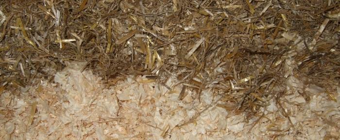 Strohmehl und Holzspähne im Vergleich