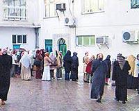 KADINLAR ŞEYHİ BEKLİYOR ... Dergâhı ziyaret eden kadınlar ikindi namazına giden şeyhi uzaktan da olsa görmek için bekliyor.