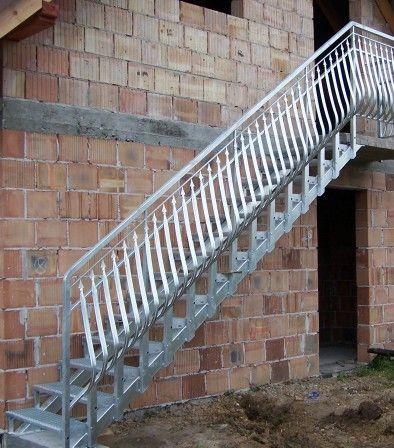 Schody zewnętrzne do domu na piętro