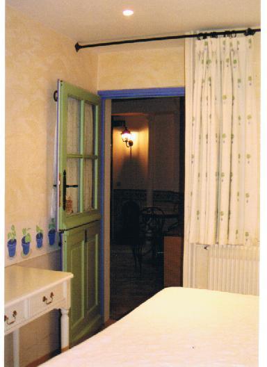 histoire d 39 interieur chambre 1 donnant sur la cour. Black Bedroom Furniture Sets. Home Design Ideas