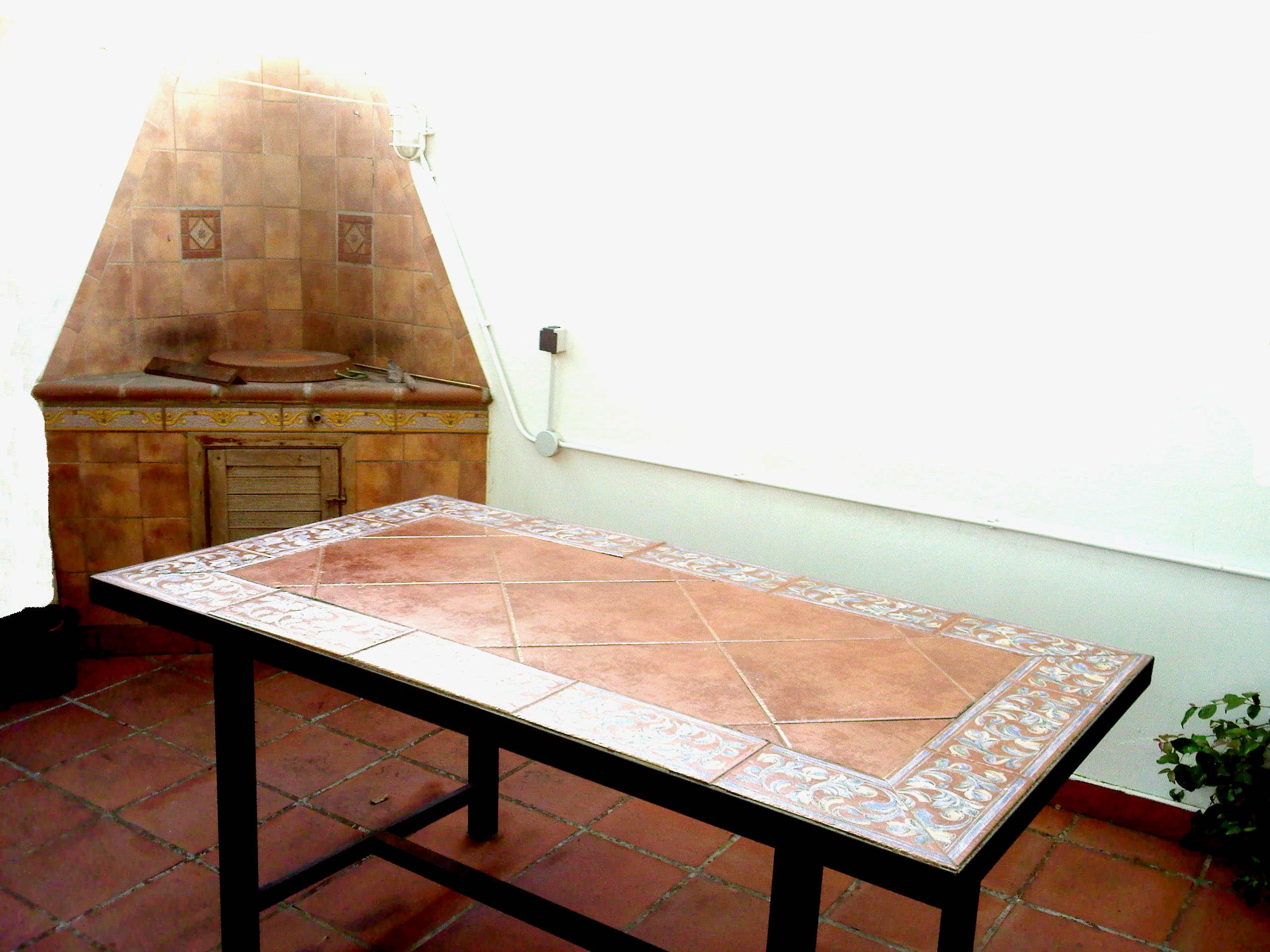las mesas para exteriores responden a todo tipo de gustos y variedades utilizando materiales apropiados para su uso frente a las condiciones exteriores y