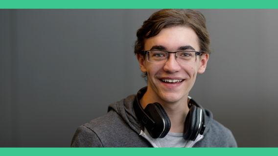 Moderator Marcel Hiller mit Kopfhörern im Nacken vor grauem Hintergrund. © Marcel Hiller Foto: Marcel Hiller