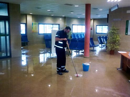 Operario quitando agua