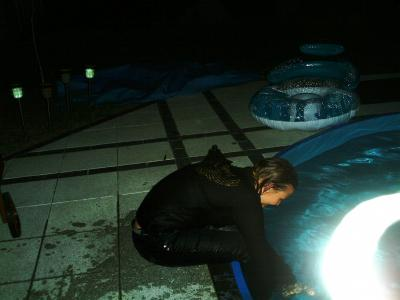 mit klamotten im pool