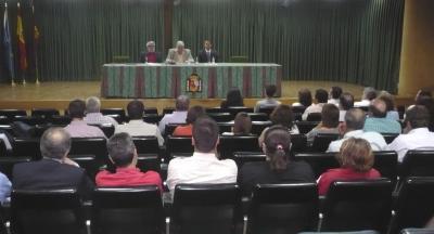 El conferenciante junto  al Presidente y el Secretario de la Asociación.