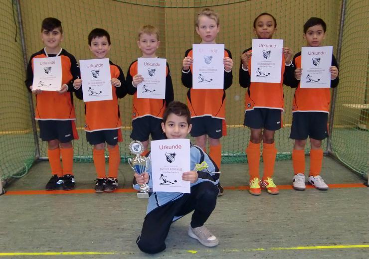 Ballfreunde F2 Jugend am 02.02.2013 mit Urkunden und Pokal