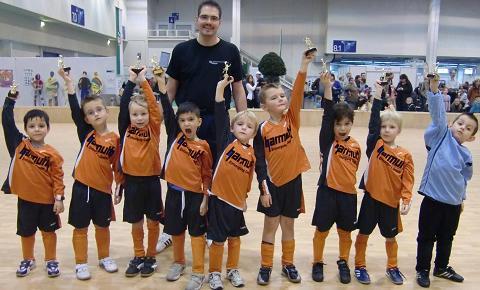 Ballfreunde Bambini am 07.11.2010 mit Siegerpokal