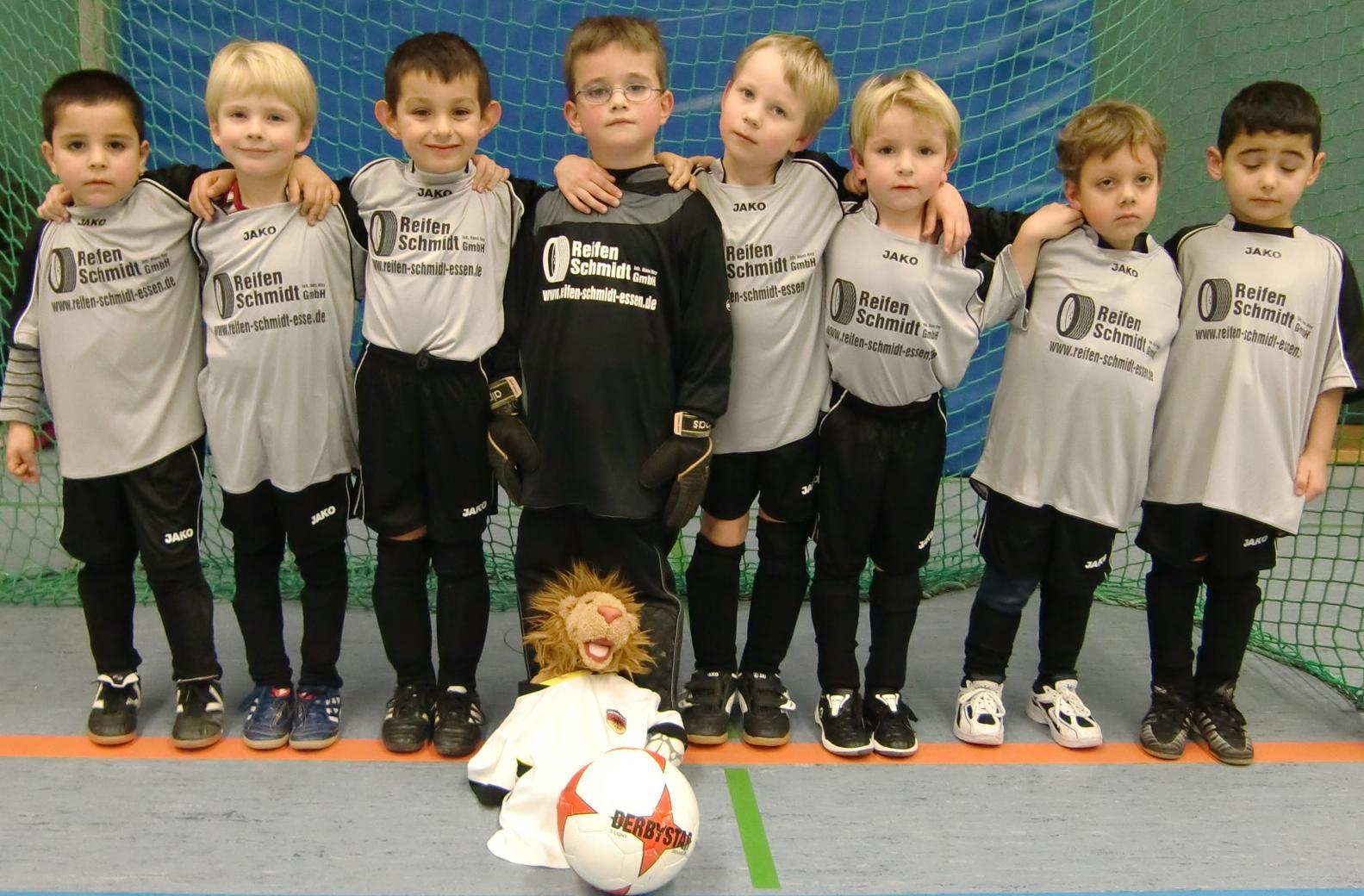 Ballfreunde Bambini in den neuen Trikots, gesponsort von Reifen Schmidt