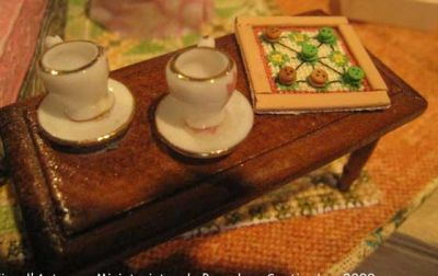 mesa con dos tazas y juego de tres en raya