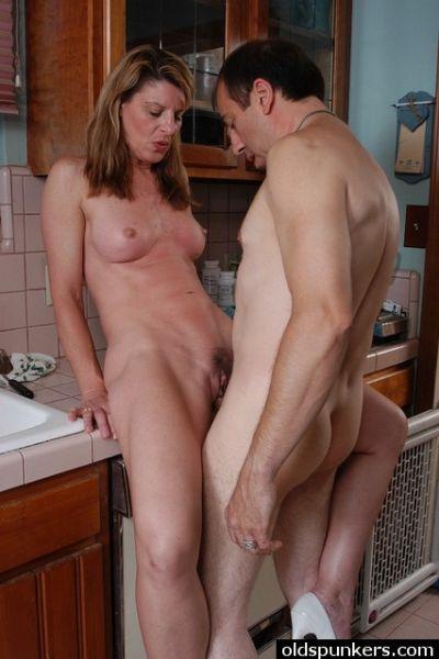 могу кончить, взрослая женщина с пацаном на кухне девочка