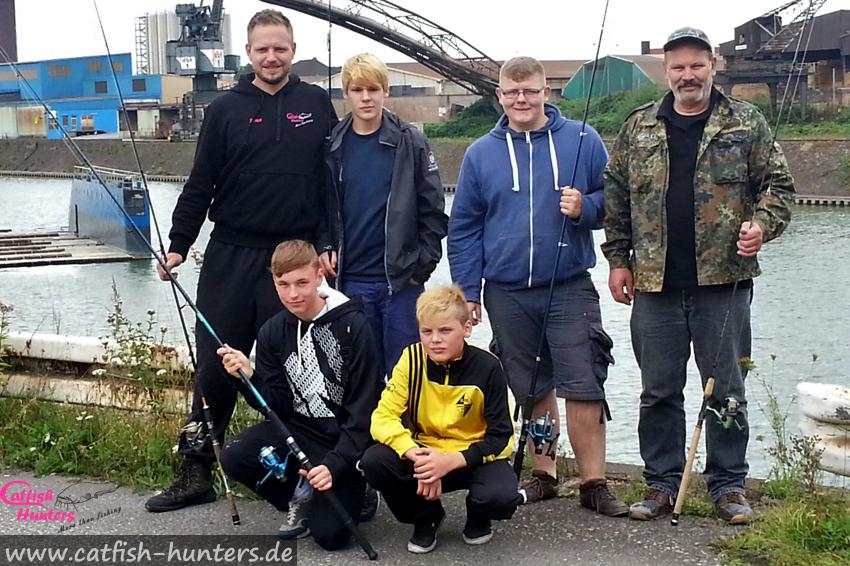 Jugendfischen im Hafengebiet mit Kunstködern