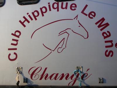 Le Club Hippique du Mans se situe à proximité des Bois de Changé, offrant la possibilité de se promener au coeur des bois.