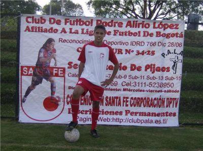 En la foto se observa al joven STIVEN CASTELLANOS con los uniformes del  club PALA y el del club SANTA FE de Bogotá e8d9074f31a25