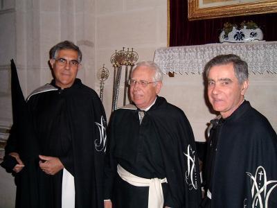 De izquierda a derecha; Vicepresidente, Hermano Mayor y Tesorero