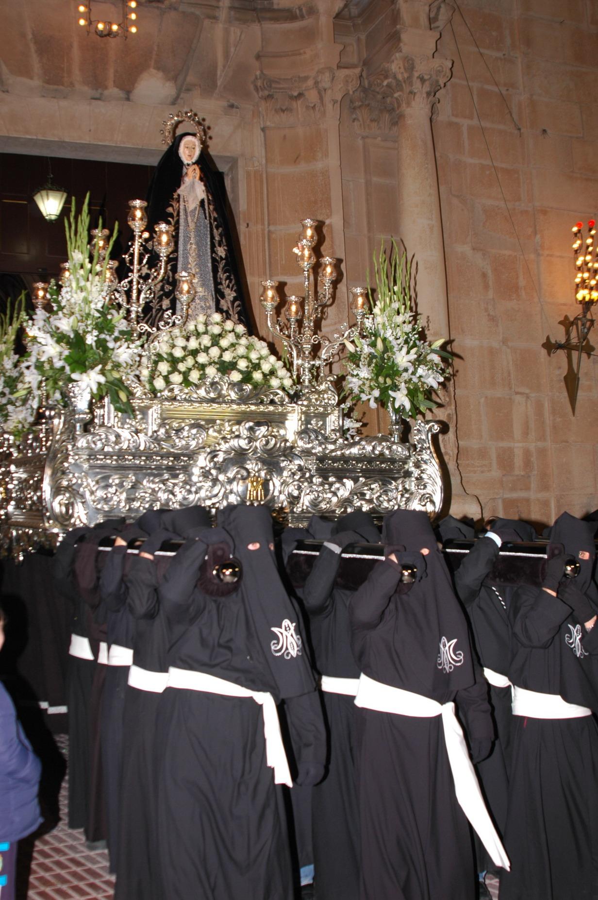 Nuestra Señora de la Soledad portada a hombros por los Costaleros a la salida de la Iglesia Arciprestal el Miercoles Santo de 2007