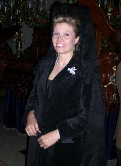 Joven Cofrade vestida con traje y mantilla