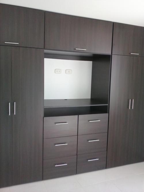 Cygarteydecoracion closet vestier for Closet con espacio para tv