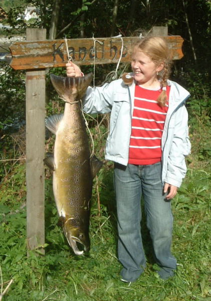 Amalie Lie med ein flott laks på 9kg. Fiska av Per Arild Lie i Botlestien i byrjinga av september. Foto: Per A Lie