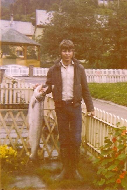 Arvid Sellevold med ein stor laks på 10kg teke i Kanalen i 1979. Foto: Øystein Sellevold