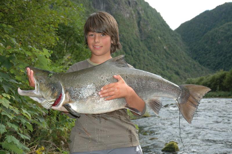 Benjamin Sellevold (13år) med storlaks på 12.5kg. Laksen blei tatt i Kanalen 8.August. Foto :Arne R Sandven