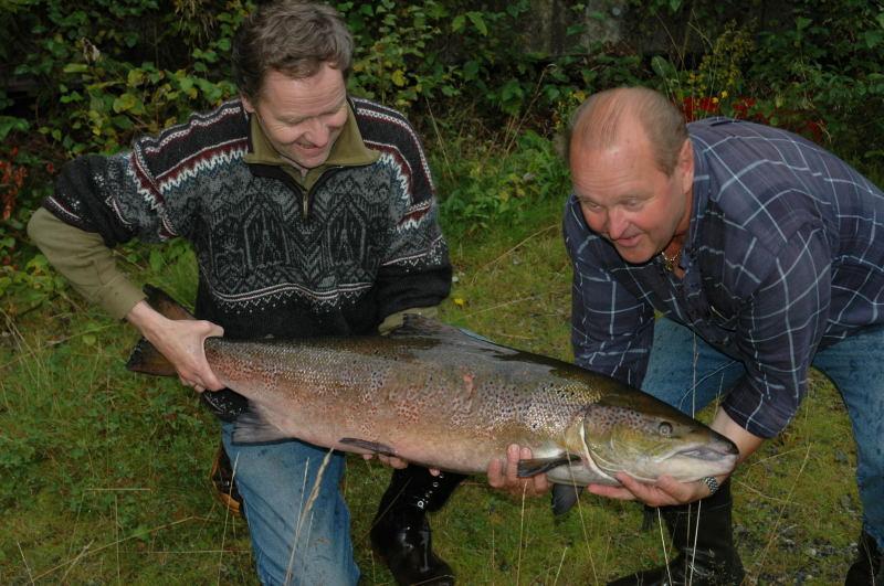 I.Sandven og Å.Karlsen med ein stor hannlaks på 13.3kg tatt i august 2005. Foto: Arne R Sandven