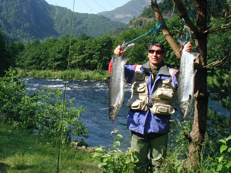 Ronny Langeland med to fine laksar på 5.7kg og 4.8kg. Fiskane blei tatt i Geitabakken 7.juli. Foto: Sigbjørn Dale