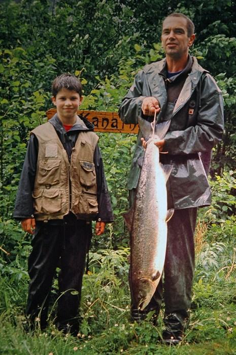 Gunnar Bakke med stor laks på ca.9kg teke 1.juli 2001. Foto: Inge Sandven