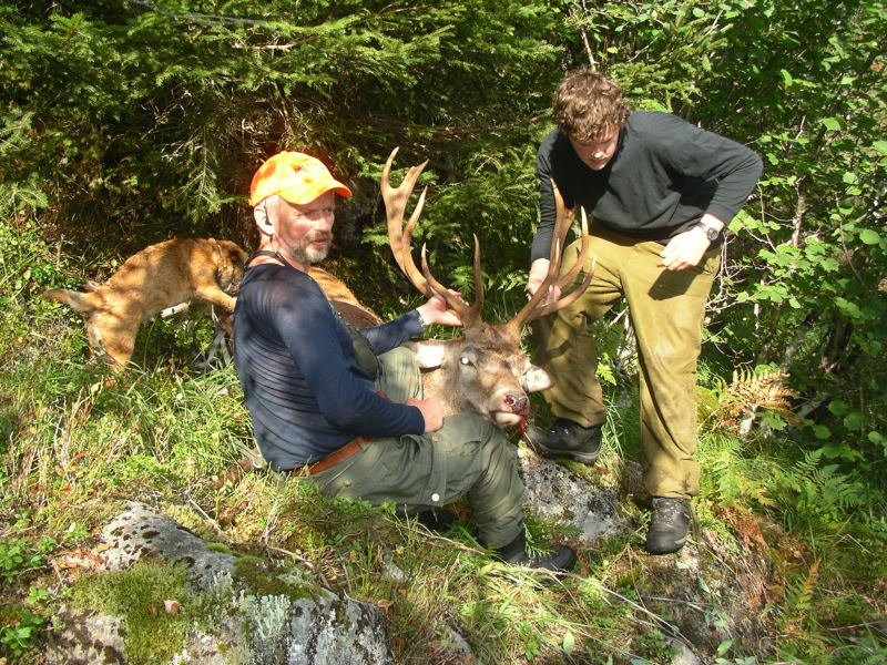 Harald Lyngmo og Erik Tveiterås med flott bukk frå hausten 2006. Foto: Harald Lyngmo