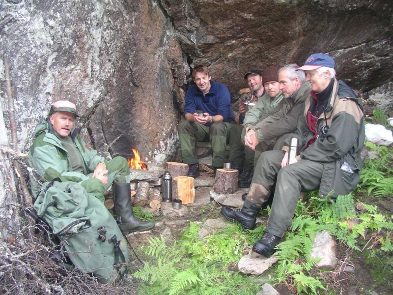 Gjengen er samla etter ei vellykka jakt. Foto: Harald Lyngmo