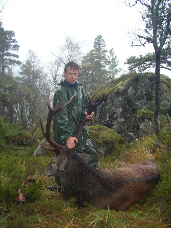 Sigbjørn Dale med ein stor kronhjort. Foto: Harald Lyngmo