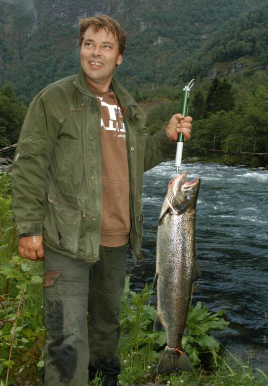 Geir Magne Ulveseth med Den første storlaksen teken i Daleelva 2007. Laksen vog 8,8kg, og vart teken i Revebrua 4.juli. Foto: Tore Wiers