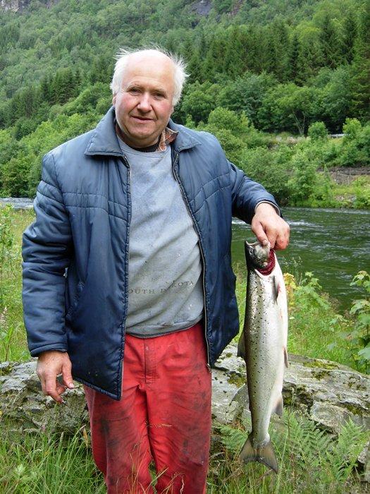 Olav Dale med årets første laks, laksen vog 3,1kg og vart teke i Båthølen 1.juli. Foto: Inge Sandven