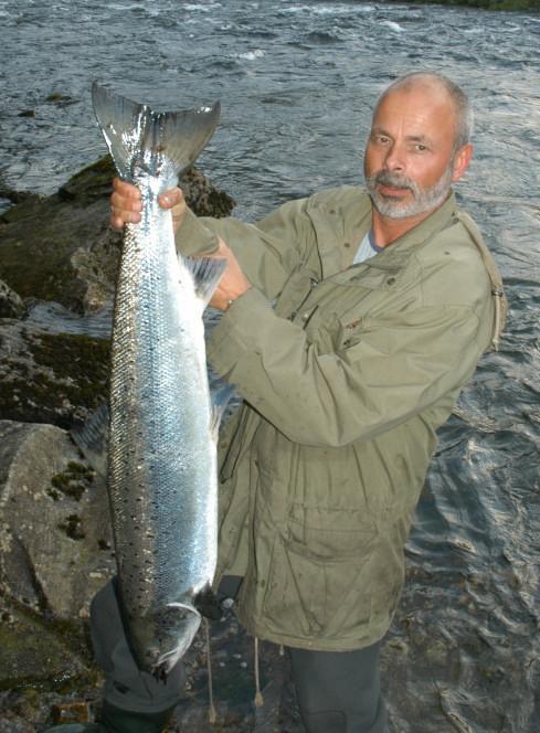 Øystein Sellevold med blank storlaks på 8,9kg. Laksen tok han i Terskelen i Kanalen den 4 juli. Foto: Tore Wiers
